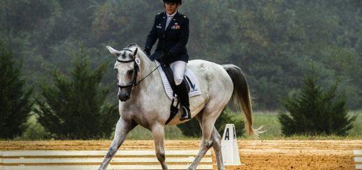 pantalon équitation blanc et veste bleu marine concours