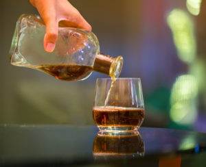 service de spiritueux dans un verre